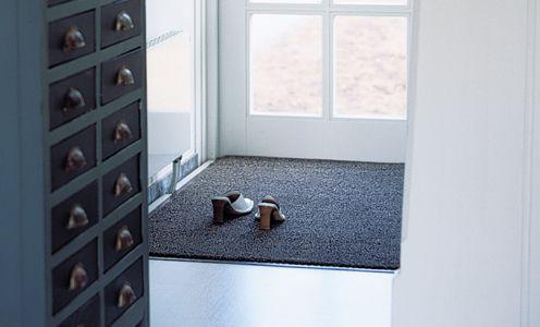 Met deze deurmat kunt u met schone schoenen  binnen komen.